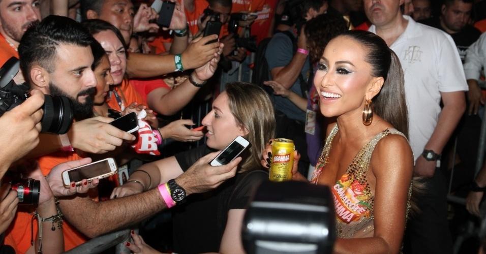 14.fev.2015 - Sabrina Sato conversa com a imprensa no sábado (14) de Carnaval, no sambódromo de São Paulo. A bela apareceu com um modelito nude, que mistura transparência e brilho, deixando sua silhueta à mostra