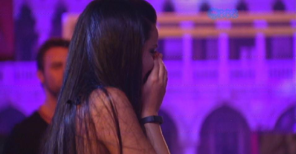 """14.fev.2015 - Talita fica preocupada após tentar ajudar Fernando com a máscara e acaba quebrando a decoração. """"Vai perder estalecas"""", diz o produtor cultural"""