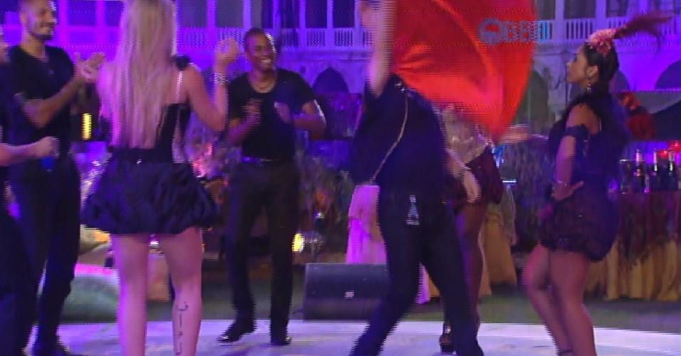 14.fev.2105 - Adrilles dança ao som de Sandra Rosa Madalena de Sidney Magal e brothers incentivam o poeta na pista