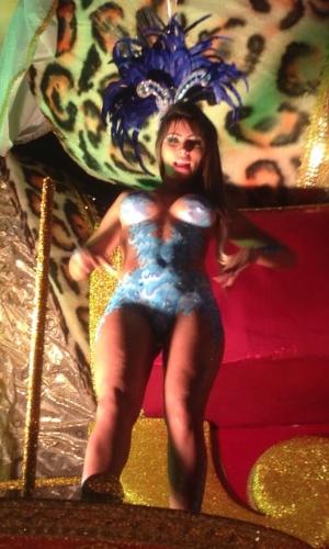 """Ana Paula Souza, 27 anos, Miss Bumbum Distrito Federal, antes de entrar na avenida, apenas com uma pintura corporal azul e um tapa-sexo de 4cm, está torcendo para chover e a pintura desmanchar. """"Quero que chova para eu desfilar nua, já que a escola não permite desfilar nua"""", disse ao UOL."""