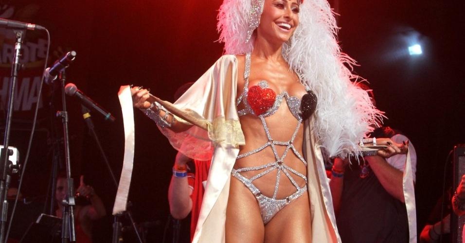 14.fev.2015 - A apresentadora exibiu a fantasia que vai usar como Madrinha da Bateria durante o desfile da Gaviões da Fiel