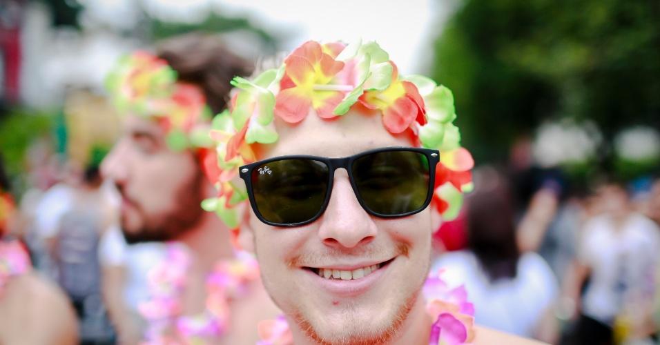 14.jan.2015 - Com coroa de flores, folião participa do Bloco Caciques do Jaraguá, na Vila Madalena