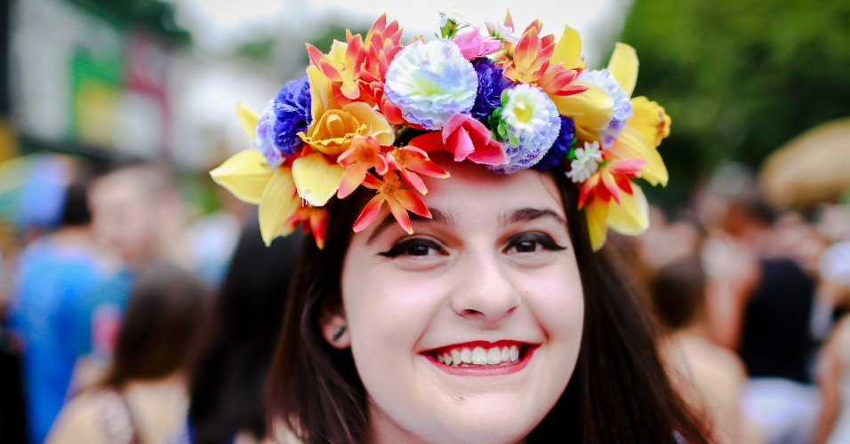 14.jan.2015 - Com coroa de flores, foliona participa do Bloco Caciques do Jaraguá, na Vila Madalena