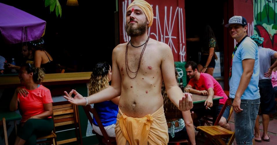 14.jan.2015 - Folião simula meditação
