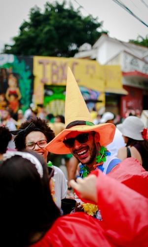 14.jan.2015 - Folião usa chapéu de bruxa para participar de desfile na Vila Madalena