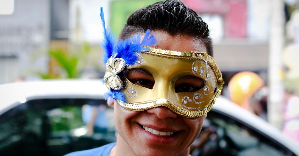 14.jan.2015 - Folião usa máscara colorida para acompanhar bloco na Vila Madalena, em São Paulo