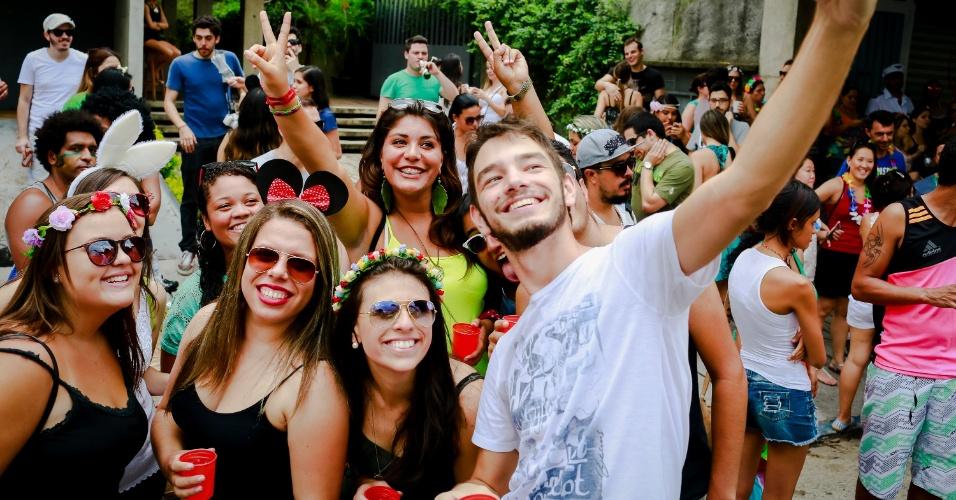 14.jan.2015 - Foliões fazem autoretrato enquanto esperam o desfile do Bloco Caciques do Jaraguá, na Vila Madalena
