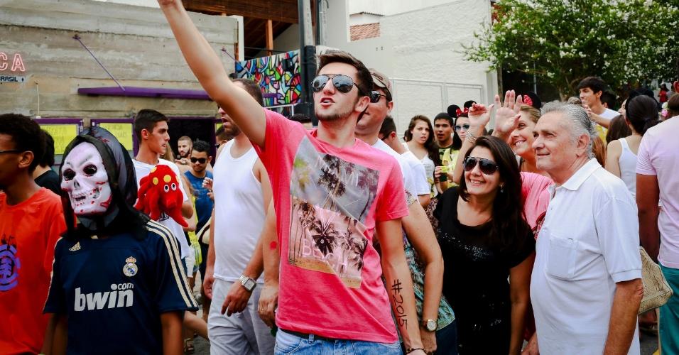 14.jan.2015 - Foliões seu reunem para fazer autoretrato no desfile do Bloco Caciques do Jaraguá, na Vila Madalena