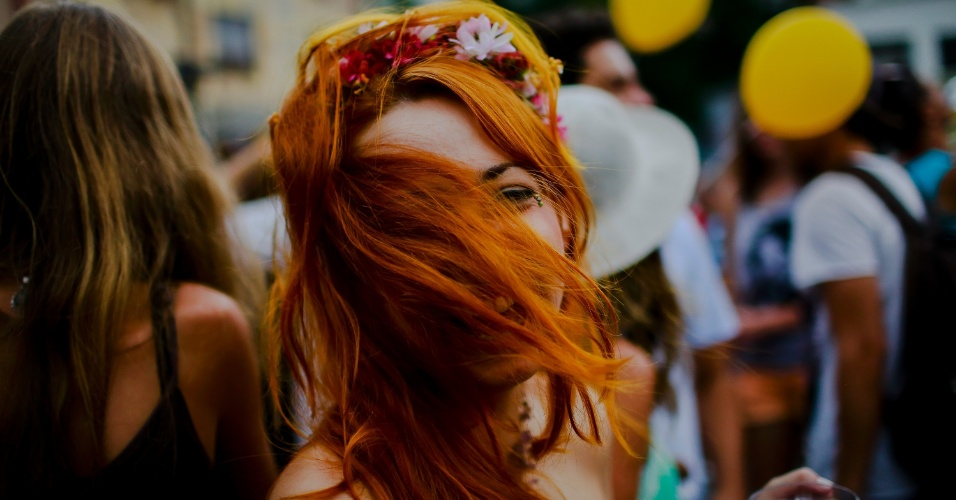14.jan.2015 - Foliona joga os cabelos no rosto em desfile do Cacique do Jaraguá