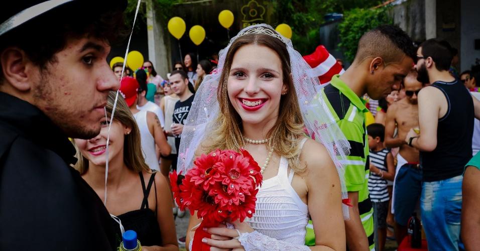 14.jan.2015 - Vestida de noiva, foliona diverte-se no desfile do bloco Cacique do Jaraguá