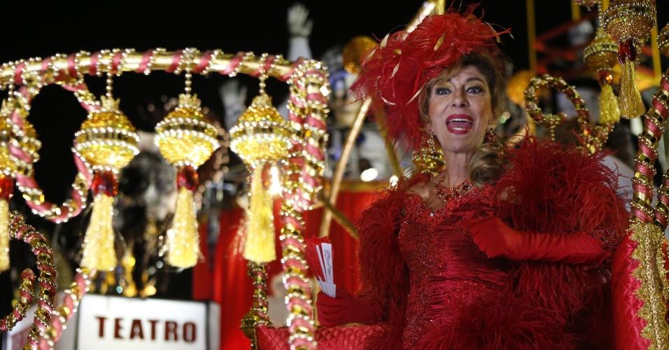 15.fev.2015 - A atriz Marília Pêra canta no desfile da Mocidade Alegre, que traz samba-enredo em sua homenagem.