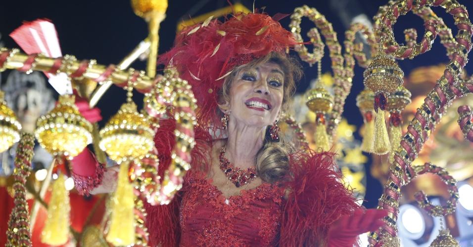 15.fev.2015 - A atriz Marília Pêra desfila na Mocidade Alegre. A atriz é tema do samba-enredo da escola paulista.