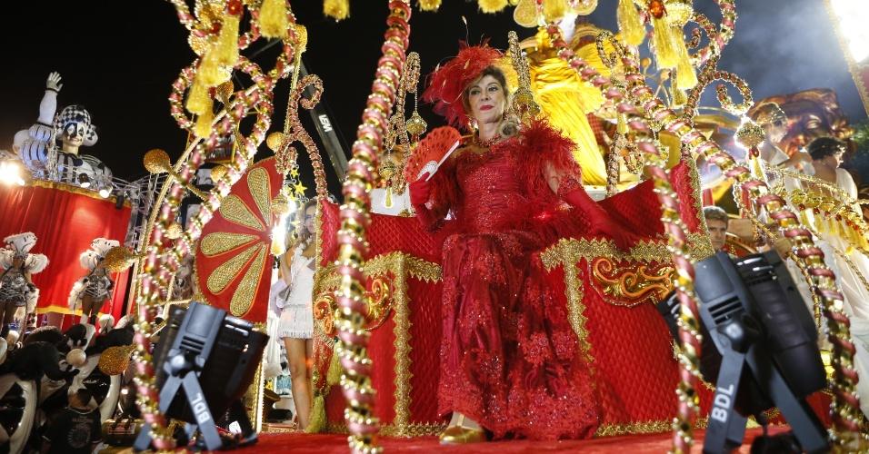 15.fev.2015 - A atriz Marília Pêra em posição para o desfile da Mocidade Alegre, em São Paulo. A atriz é tema do samba-enredo da escola paulista.