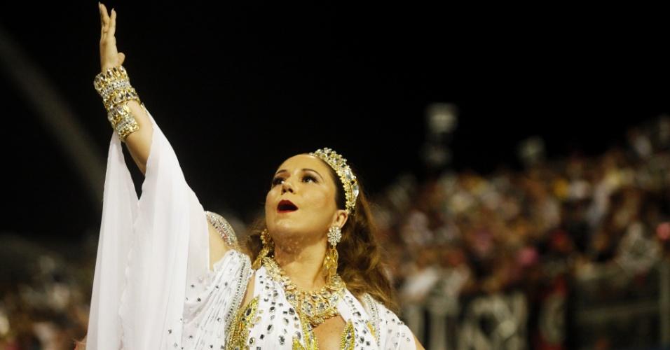 15.fev.2015 - A cantora Maria Rita, filha de Elis Regina, desfila como princesa na Vai-Vai. Muito emocionada, ela sentiu-se mal ao fim do desfile