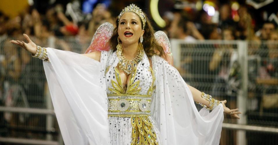 15.fev.2015 - A cantora Maria Rita, filha de Elis Regina, desfila na Vai-Vai, que faz homenagem a sua mãe. Muito emocionada, ela sentiu-se mal ao fim do desfile