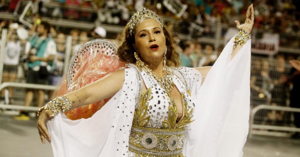 15.fev.2015 - A cantora Maria Rita, filha de Elis Regina, desfila na Vai-Vai, que faz homenagem a sua mãe. Muito abalada, ela sentiu-se mal ao fim do desfile