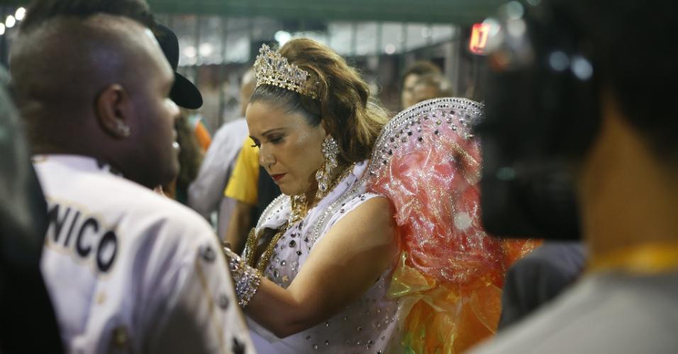 15.fev.2015 - A cantora Maria Rita, filha de Elis Regina, se prepara para entrar na avenida em desfile em homenagem a sua mãe