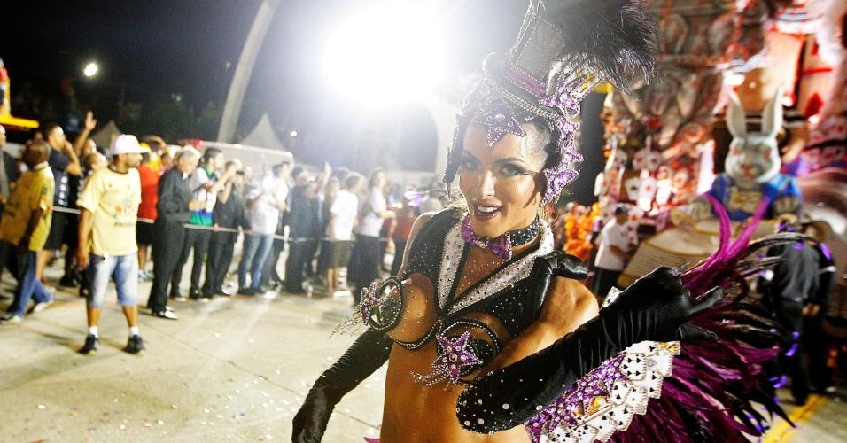 15.fev.2015 - A Musa Carla Prata chega à dispersão do sambódromo do Anhembi depois de desfilar pela Gaviões da Fiel
