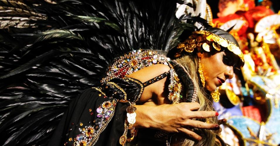 15.fev.2015 - A Musa da Bateria Ana Paula Minerato chega à dispersão após desfilar pela Gaviões da Fiel