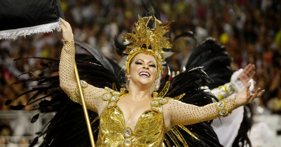 15.fev.2015 - A porta-bandeira Drika canta o samba-enredo da escola Gaviões da Fiel