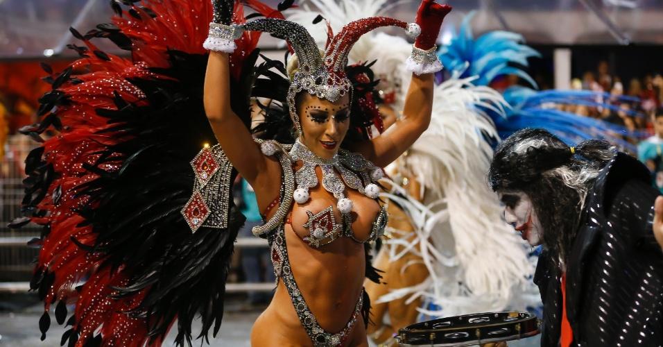 15.fev.2015 - A Rainha da Bateria Tati Minerato também ajudou a puxar o ritmo da Gaviões da Fiel