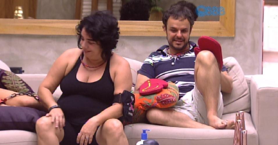 15.fev.2015 - Acorrentados, Aline, Adrilles e Fernando escutam Mariza comentar sobre o jogo na cozinha e chamam ela na sala