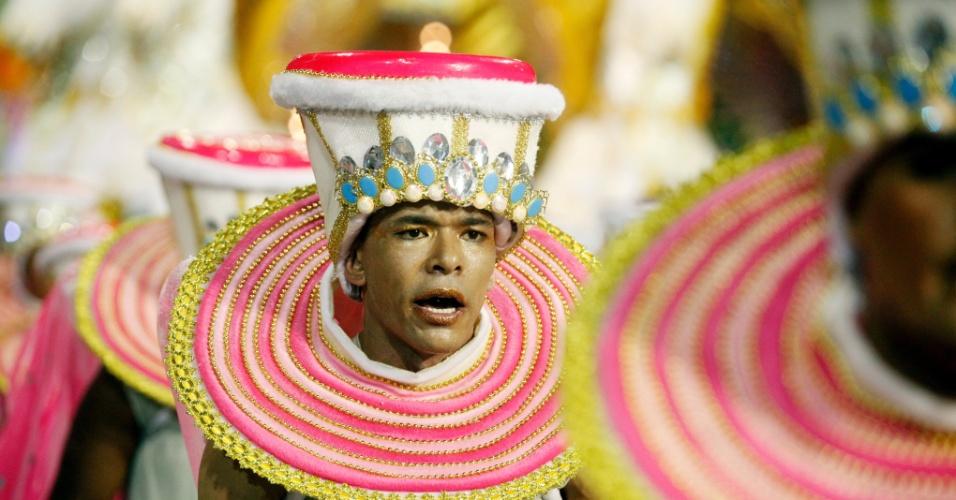 15.fev.2015 - Agremiação brinca com o tema do sono e do despertar em desfile