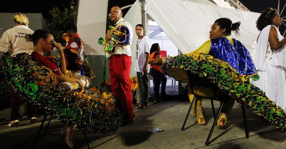 15.fev2015 - Após o desfile da Mocidade Alegre, passistas descansam e tiram as fantasias na dispersão