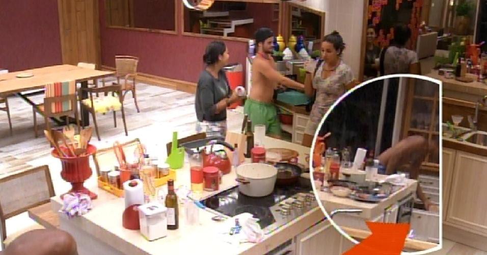 15.fev.2015 - Após perceber que pão estava acabando, Luan escondeu um pacote no armário, o que irritou Mariza, Aline, Fernando e Adrilles