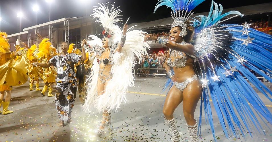 15.fev.2015 - As musas da bateria ajudam a Gaviões da Fiel a conquistar o público durante o desfile