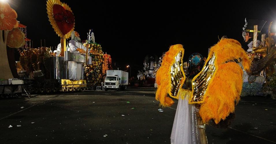 15.fev.2015 - Carnavalesca anda na dispersão em meio a carros alegóricos em São Paulo