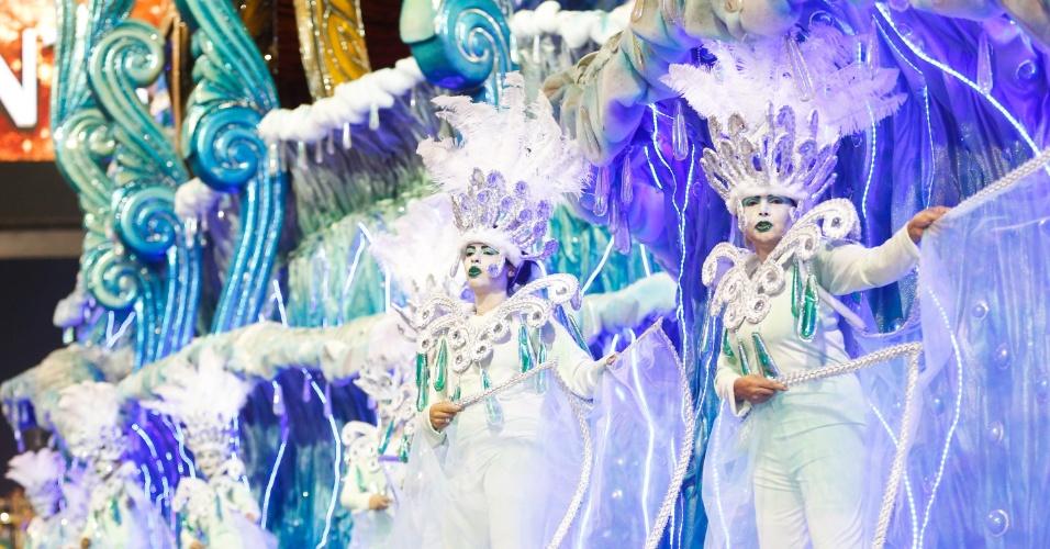 15.fev.2015 - Carro alegórico com elementos que representam as águas; tema que a escola optou depois de sofrer com a chuva no desfile de 2014