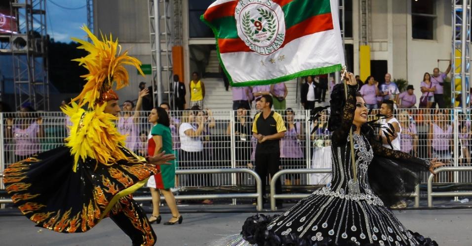 15.fev.2015 - Casal de mestre-sala e porta-bandeira da X-9 paulistana