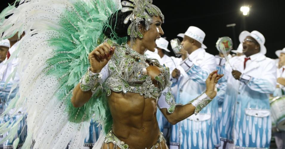 15.fev.2015 - Com costeiro verde e branco, Gracyanne Barbosa chama atenção na concentração da X-9 Paulistana, última escola a desfilar no Anhembi