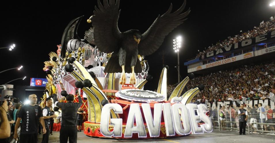 15.fev.2015 - Como manda a tradição, o abre-alas da Gaviões traz o gavião e o escudo do Corinthians