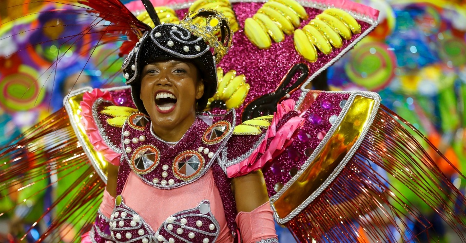 15.fev.2015 - Componente se anima com desfile da Império de Casa Verde