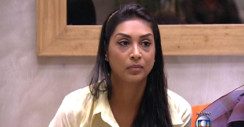 """15.fev.2015 - Em votação aberta, Amanda vota em Mariza na formação do quarto paredão do """"BBB15"""""""