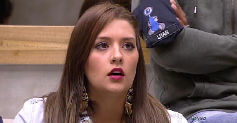 """15.fev.2015 - Em votação aberta, Tamires vota em Mariza na formação do quarto paredão do """"BBB15"""""""