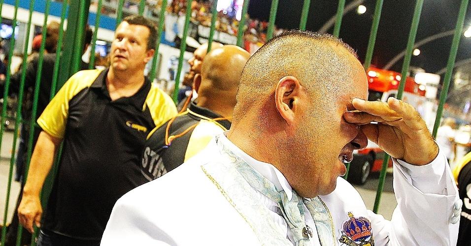 15.fev.2015 - Emocionado, componente chora após apresentação da escola de samba Império de Casa Verde