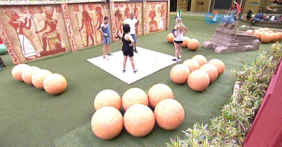 15.fev.2015 - Fernando, Aline, Adrilles, Mariza e Cézar faziam a prova pelo grupo laranja