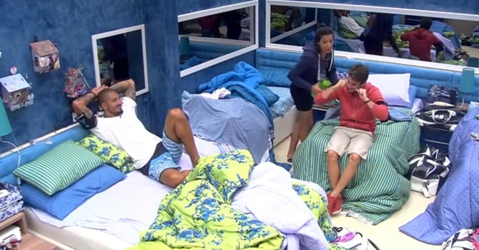 15.fev.2015 - Fernando conversa com Talita e Rafael no quarto