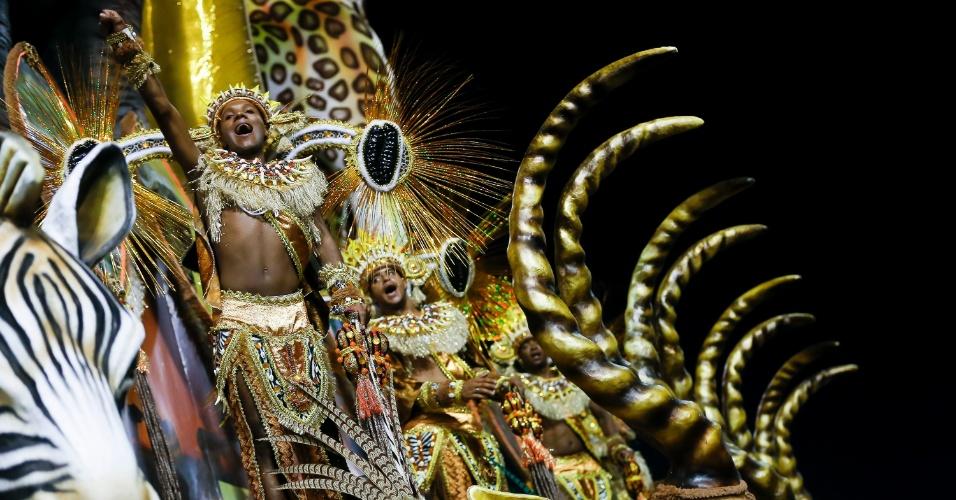 15.fev.2015 - Folião canta samba-enredo da escola no Anhembi, em SP