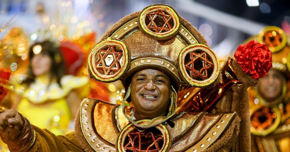 15.fev.2015 - Folião demonstra alegria em desfile da Império de Casa Verde