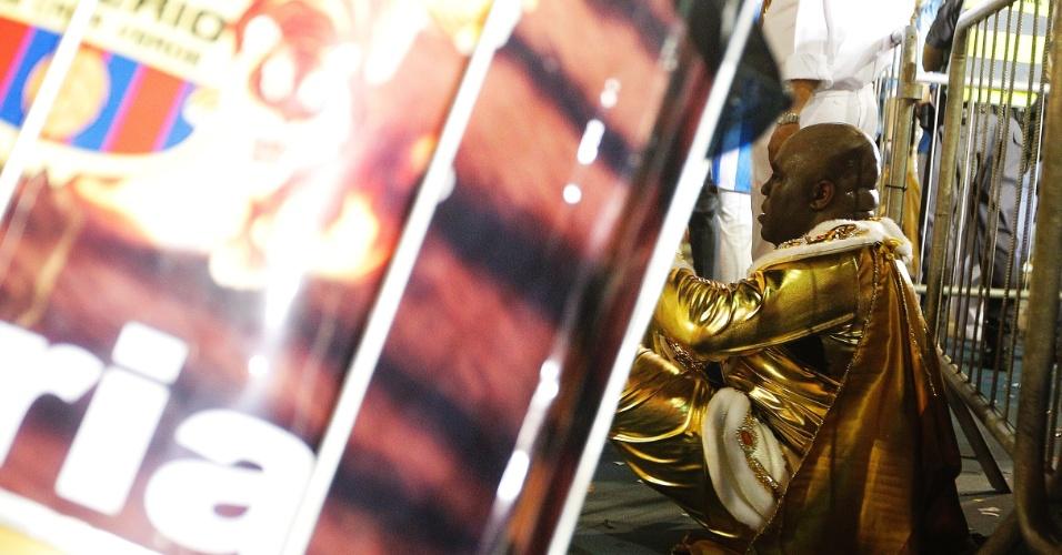 15.fev.2015 - Folião descansa passada a adrenalina do desfile da Império de Casa Verde
