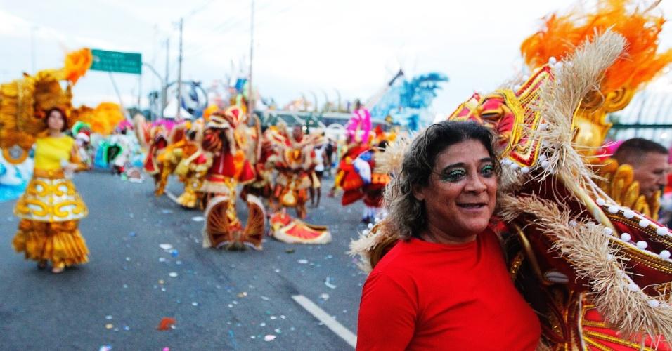 15.fev.2015 -  Foliões deixam a dispersão após desfile da X-9