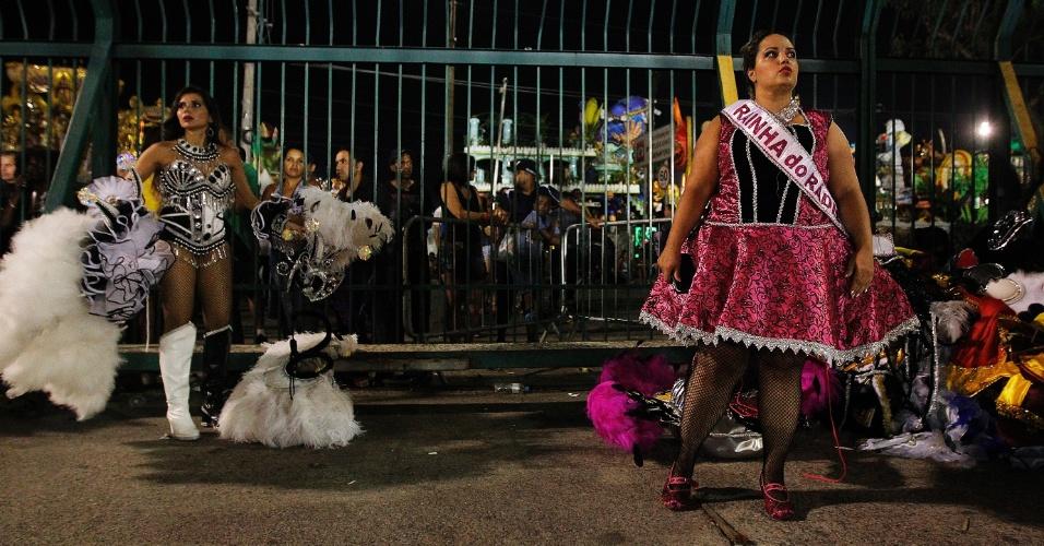 15.fev.2015 - Folionas se preparam para deixar o sambódromo após o desfile
