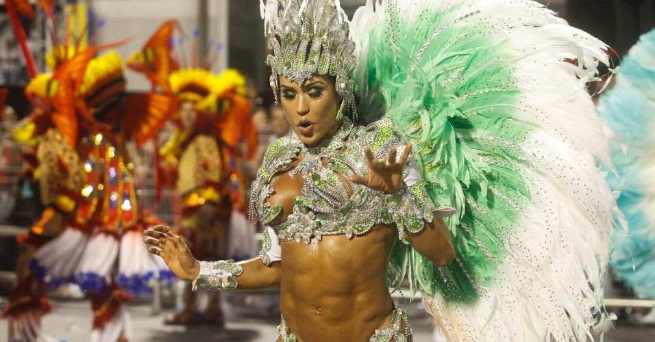"""15.fev.2015 - Gracyanne Barbosa reinou à frente da bateria comandada pelo mestre Adamastor, cuja fantasia se inspirou no filme """"Cantando na Chuva""""."""
