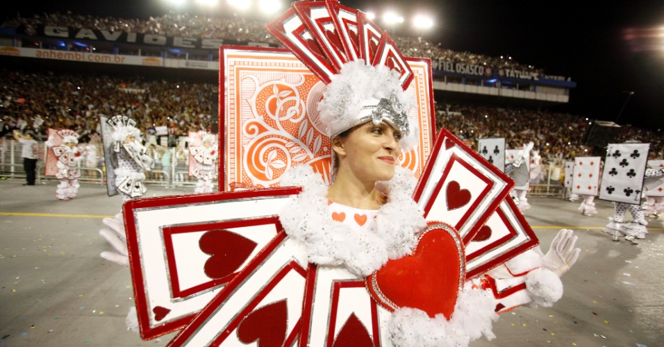 15.fev.2015 - Integrante canta o samba-enredo durante desfile da Gaviões da Fiel