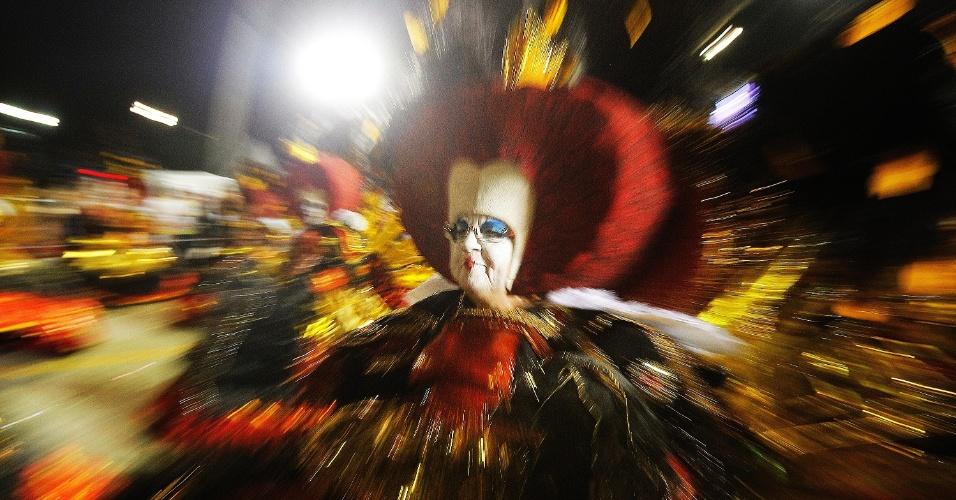 15.fev.2015 - Integrante da Gaviões da Fiel chega à dispersão após desfilar pelo sambódromo do Anhembi