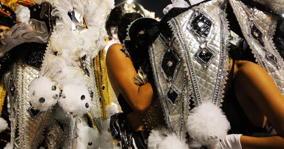 15.fev.2015 - Integrante da Gaviões da Fiel tira sua fantasia na dispersão do sambódromo do Anhembi
